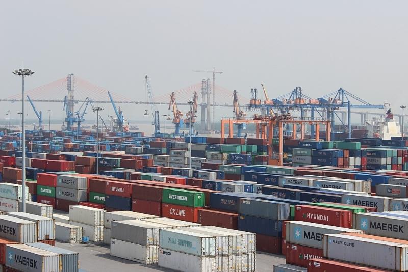 KIm ngạch xuất nhập khẩu tại khu vực cảng Hải Phòng. Ảnh: T.Bình