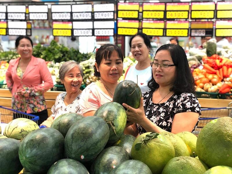 Khách hàng mua sắm tại siêu thị Co,opmart Dương Minh Châu vừa khai trương.