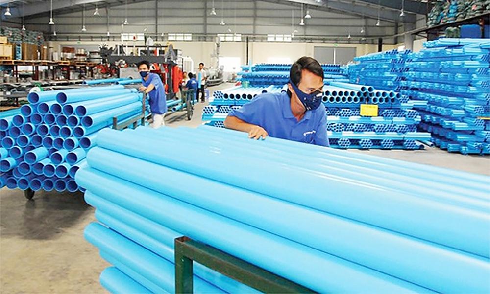 Giá đầu vào của nguyên liệu nhựa liên tục tăng, thiếu hụt nguyên liệu khiến các doanh nghiệp sản xuất gặp nhiều khó khăn. Ảnh: ST