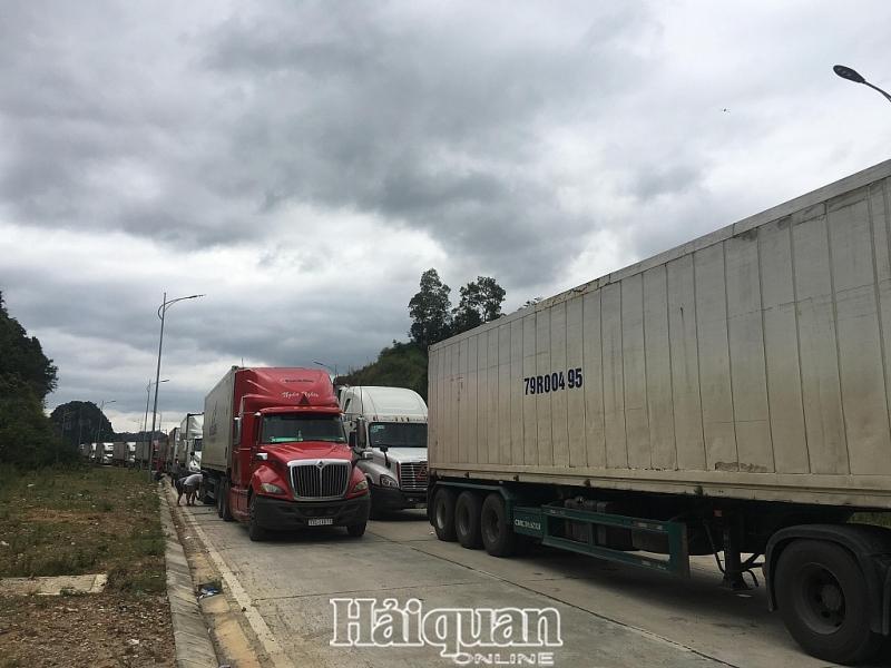 Xe hàng tồn đọng chờ thông quan tại khu vực cửa khẩu Tân Thanh do phía Trung Quốc thiếu nhân lực xếp dỡ.