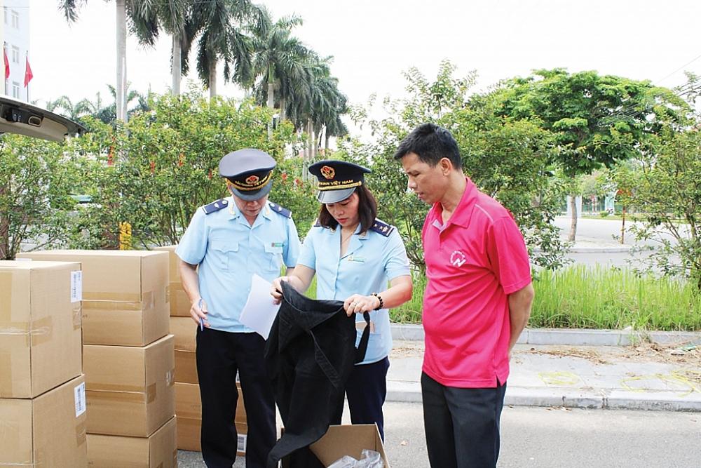 Nới rộng quy định miễn thuế từ Nghị định 18. Công chức Hải quan Ninh Bình (Cục Hải quan Hà Nam Ninh) kiểm tra hàng hóa NK. Ảnh: H.Nụ