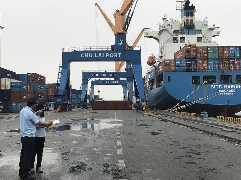 Công chức Chi cục Hải quan cửa khẩu cảng Kỳ Hà giám sát hàng xuất khẩu. Ảnh: T.H
