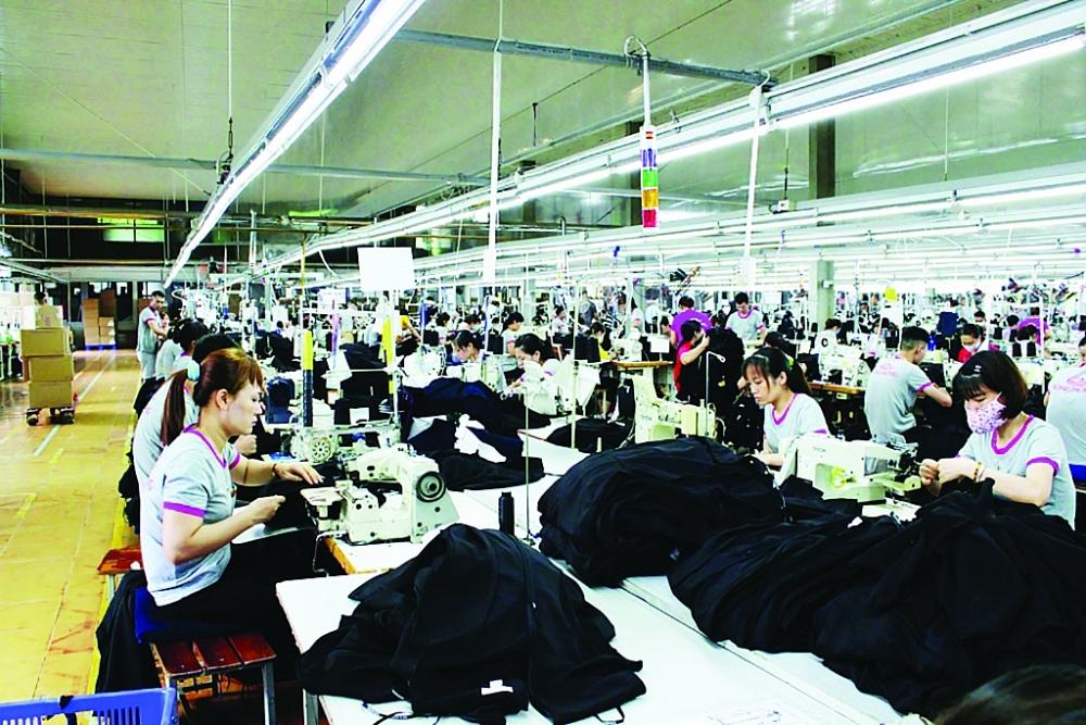 """Doanh nghiệp gặp """"hạn"""" vẫn hoạt động sản xuất tại Công ty Cổ phần May Sông Hồng.  Ảnh: Hồng Nụ"""