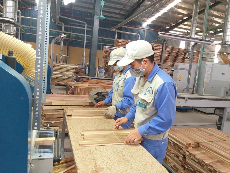 Nhiều doanh nghiệp ngành gỗ tìm cơ hội chuyển hướng sản xuất để giảm thiệt hại gây ra từ dịch viêm đường hô hấp cấp do virus Corona. Ảnh: Nguyễn Thanh