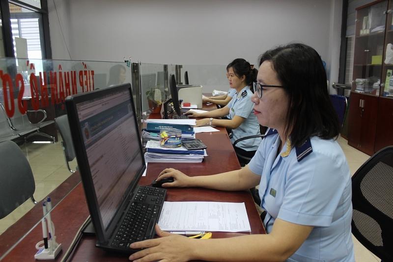 Hoạt động nghiệp vụ đơn giản hóa thủ tục hành chính về hải quan tại Cục Hải quan Lào Cai. Ảnh: T.Bình.