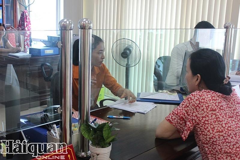 Nhân viên ngành thuế đang tư vấn về việc khoanh nợ thuế cho doanh nghiệp
