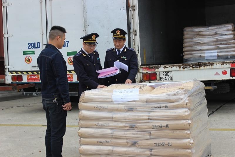 CBCC Chi cục Hải quan KCN Bắc Thăng Long kiểm tra hàng hóa XNk về kê khai xuât xứ. Ảnh: N.Linh