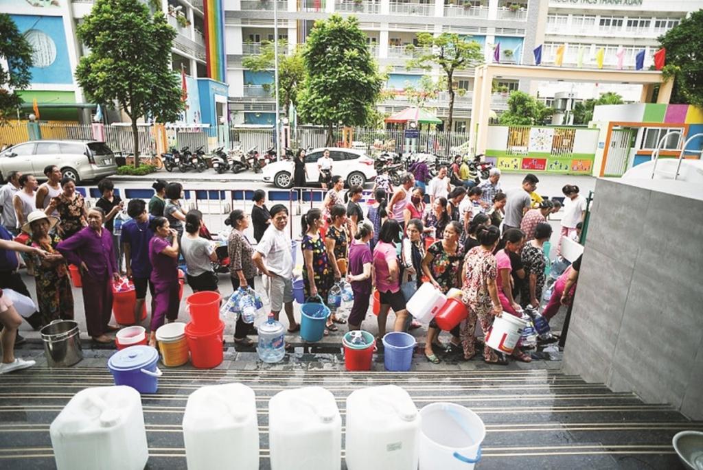 Hình ảnh người dân xếp hàng chờ lấy từng giọt nước sạch vừa qua là minh chứng rõ nét cho việc quản lý mặt hàng này đang tồn tại nhiều bất cập. Ảnh: ST